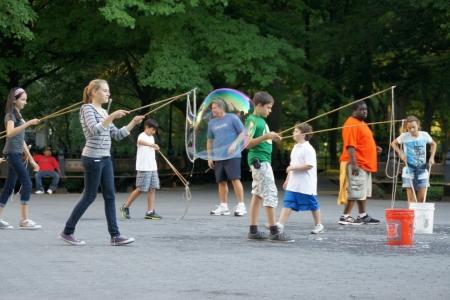 Bild von Jugendlichen mit Seifenblasen (Foto: C.Koss)