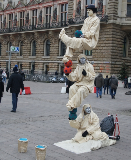 Straßenkünstler vor dem Hamburger Rathaus (Foto: C. Koss, Dez. 2017)